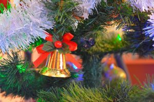 Künstlicher Weihnachtsbaum mit beleuchtung