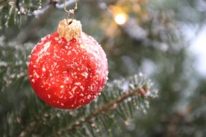Künstlicher Weihnachtsbaum mit Schnee