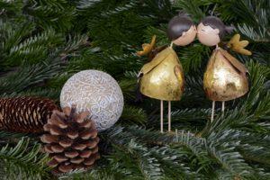 Vordekorierte Weihnachtsbäume